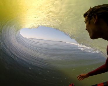 """Surfista Apanha """"Tubo"""" Ao Longo De 27 Segundos e Filma Tudo Com Uma GoPro 3"""