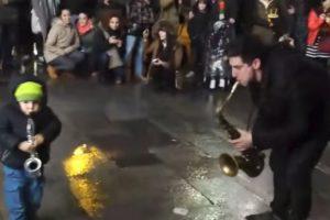 """Tocava Nas Ruas De Madrid Quando Foi """"Desafiado"""" Para Um Dueto Maravilhoso 10"""