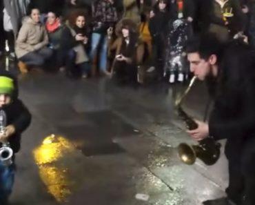 """Tocava Nas Ruas De Madrid Quando Foi """"Desafiado"""" Para Um Dueto Maravilhoso 9"""