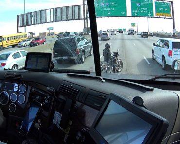 Condutor Pára Camião Para Ajudar Uma Motociclista Em Apuros 2