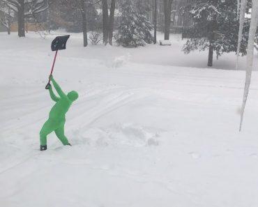 Pai Mostra Como o Seu Filho De 14 Anos Remove a Neve Da Entrada De Casa 7