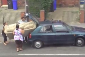 Quando 3 Teimosos Tentam Colocar Um Grande Sofá Num Pequeno Carro 10