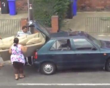 Quando 3 Teimosos Tentam Colocar Um Grande Sofá Num Pequeno Carro 2