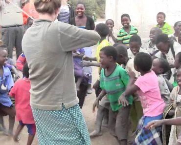 Crianças De Uma Aldeia Africana Ouvem Um Violino Pela Primeira Vez 3