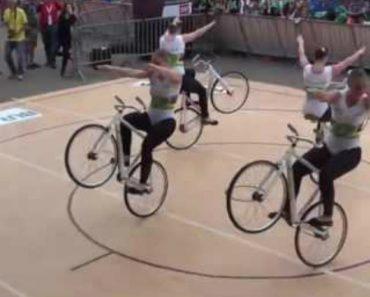 4 Talentosas Jovens Fazem Magnífica Coreografia Com Bicicletas 5