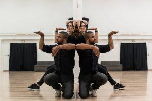 Através Da Utilização De Um Espelho, Talentosa Dupla Faz Fantástica Coreografia 9