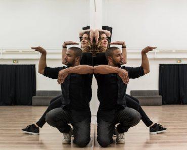 Através Da Utilização De Um Espelho, Talentosa Dupla Faz Fantástica Coreografia 1