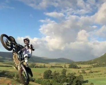 Um Salto De Motocross De Cortar A Respiração 4