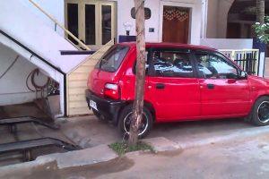 Homem Habilidoso Cria Garagem Num Pequeno Espaço de Casa Pela Falta De Estacionamento 10