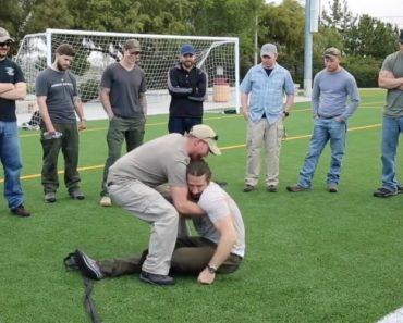 Ex-Ranger Demonstra Técnica Brutal Para Pegar Em Alguém Inconsciente 3
