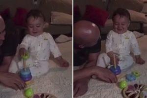 Bebé Não Consegue Parar De Rir Ao Experimentar o Seu Novo Brinquedo 10