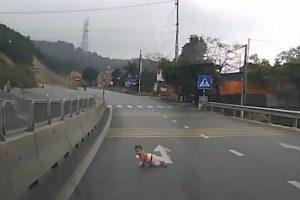 Bebé Salvo Quando Gatinhava Em Estrada Movimentada No Vietname 20
