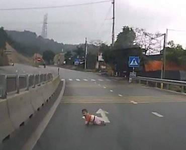 Bebé Salvo Quando Gatinhava Em Estrada Movimentada No Vietname 1