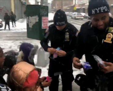 Polícias Compram Luvas Para As Crianças Após Perderem Batalha De Bolas De Neve 4