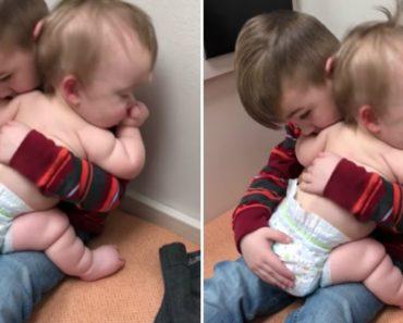 Vídeo De Criança a Embalar Irmã Doente Está a Encantar Internautas De Todo o Mundo 6