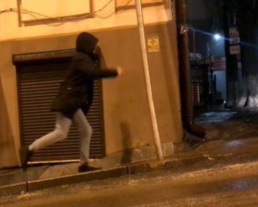 Determinação Não Faltou a Este Homem Para Subir a Escorregadia Calçada Coberta De Gelo 1