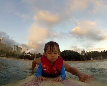 Pai Leva Filho Pequeno a Fazer Surf Pela Primeira Vez 4