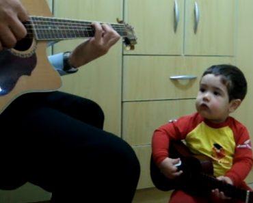 Adorável Bebé De 2 Anos Toca e Canta Música Dos Beatles 5
