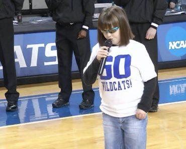 Menina Cega Emociona Público e Jogadores Ao Cantar o Hino Americano 4