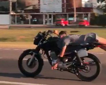 Motociclista Filmado a Fazer Acrobacia Em Plena Estrada a 130 km/h 1