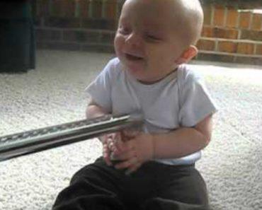 Bebé Não Consegue Parar De Rir Sempre Que a Sua Mãe Lhe Toca Com o Aspirador 7