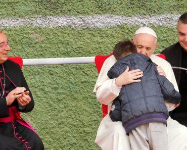 """""""O Meu Pai Está No Céu?"""" Papa Abraça Menino Que Chorava Morte Do Pai Ateu 4"""