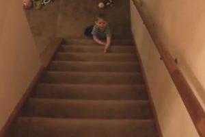Menino De 2 Anos Descobre Técnica Espetacular Para Descer As Escadas Mais Rápido 10