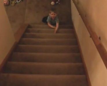 Menino De 2 Anos Descobre Técnica Espetacular Para Descer As Escadas Mais Rápido 8
