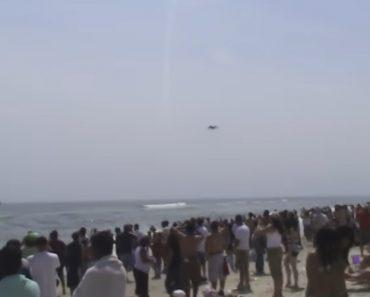 Avião Passa a Barreira Do Som Junto a Uma Multidão Na Praia 6