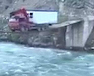 Corajoso Camionista Atravessa Estreita Ponte De Madeira Enquanto Transporta Casa Móvel 1