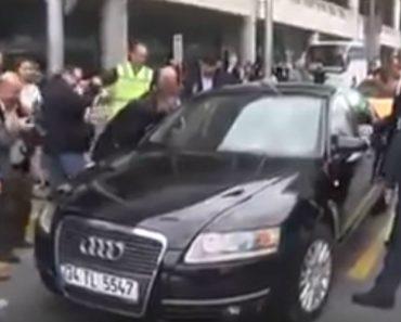 Pequena Multidão Junta-se Para Convencer Bebé a Destrancar Carro Após Ter Ficado Fechado No Seu Interior 8