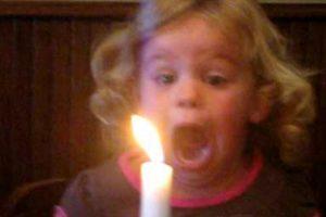 Menina Proporciona Cómico Momento Com o Esforço Que Faz Para Apagar Vela 10