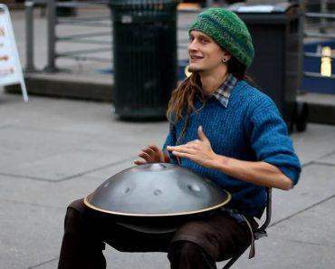 Músico De Rua Faz Maravilhosa Atuação Com Instrumento Invulgar 2