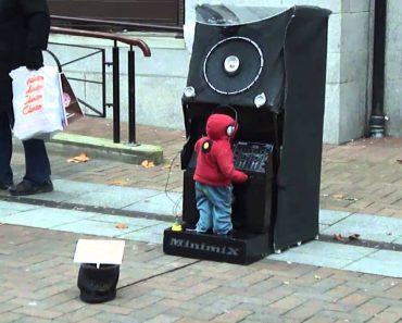 Um Artista De Rua Com Uma Atuação Bastante Original 8