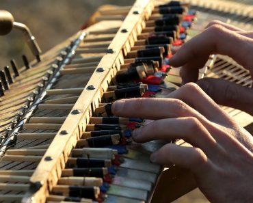 Jovem Cria o Seu Próprio Piano Feito De Pauzinhos e Materiais Reciclados e o Som é Inacreditável 5