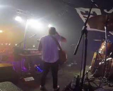 Banda Esforça-se Por Continuar Atuação Após Guitarrista Sofrer Um Pequeno Percalço 5