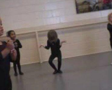Menina Faz Esforço Hilariante Na Primeira Aula De Balé 4