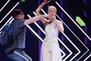 Eurovisão: Homem Invade Palco e Tira Microfone à Representante Do Reino Unido 9