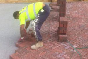 A Rapidez Com Que Este Trabalhador Coloca o Pavimento é Fenomenal 10
