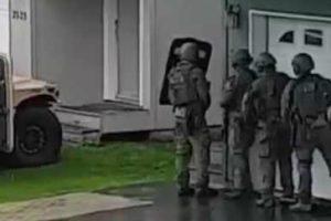 Equipa De SWAT Passa Por Momento Embaraçoso Ao Derrubar Porta De Habitação 10