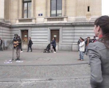 Turista Junta-se a Artista De Rua e Fazem Versão Espetacular de Música Do Bob Marley 8