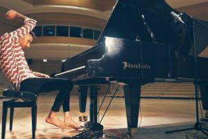 """Talentoso Pianista Faz Irreverente Versão De """"Africa"""" Dos Toto 9"""