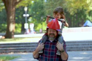 Este Invulgar Capacete Permite Que As Crianças Conduzam os Pais 10