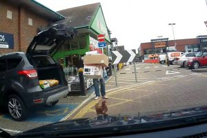 Homem Fica Surpreendido Ao Ver Uma Galinha Saltar Do Interior Do Seu Carro 7