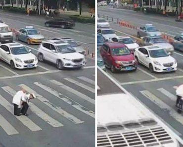 Extraordinária Atitude De Polícia Ao Carregar Idoso Às Costas Para Ajudá-lo A Atravessar Movimentada Estrada 1
