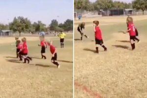 Criança Usa Técnica Futebolística Infalível Para Neutralizar Os Adversários 9
