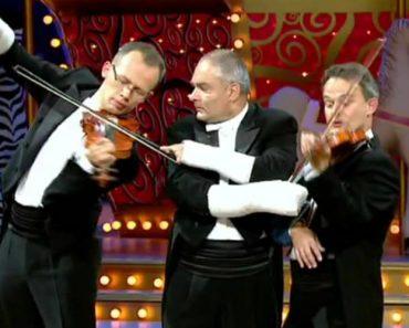 Grupo De 4 Músicos Com Os Braços Engessados Criam Divertido Momento 9