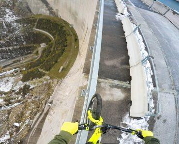 Ciclista Arrisca a Vida Equilibrando-se Na Berma De Barragem Com 200m Altura 1