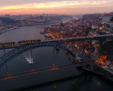 A Ribeira Do Porto e Gaia Ao Anoitecer Num Maravilhoso Vídeo 5