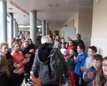 700 Alunos Prestam Homenagem e Aplaudem Calorosamente Professor No Seu Último Dia De Trabalho 8